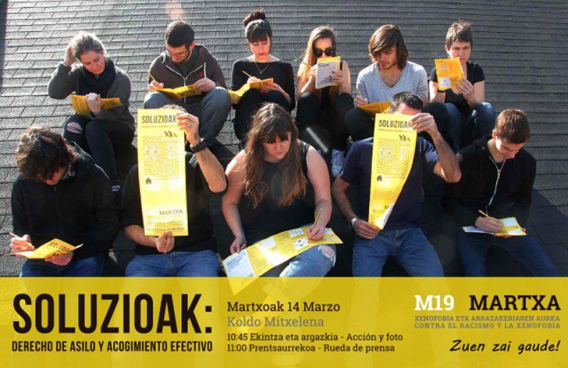 Soluzioak Campaña de comunicación estudiantes en el tejado con carteles buscando soluciones al probleama de los refugiados