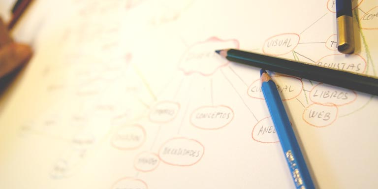 Lápices de colores sobre un mapa mental