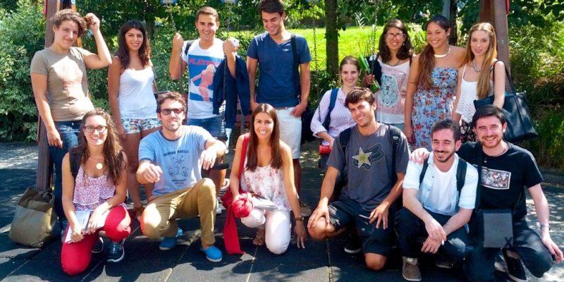 Fotografía de grupo en una visita que se realizó a la revista de diseño thebalde