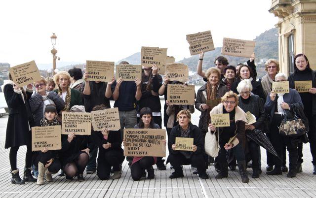 Crisi Machista foto de grupo: responsables del ayuntamiento, asociaciones y estudiantes de Usandizaga Diseño