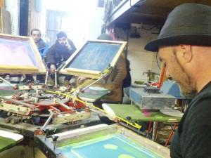 Gora! Kamixetak. Joxan Landaribar serigrafiando una tirada de camisetas.