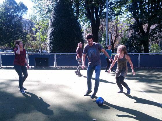 bertso-derbi-estudiantes-de-diseño-jugando-futbol