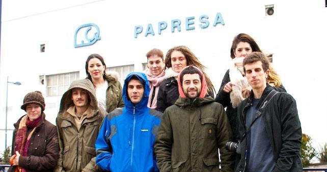 Papresa_estudiantes-frente-a-la-fábrica