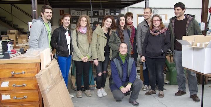 Gil de Vert: foto de grupo con Eva la gerente de la empresa de manipulados y acabados en artes gráficas