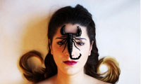 Sandra Garayoa ilustradora con escorpión