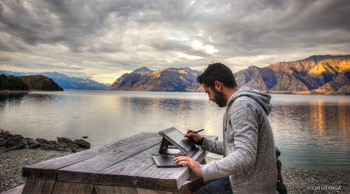 DEISIGN Usandizaga Interview dibujando con la tablet