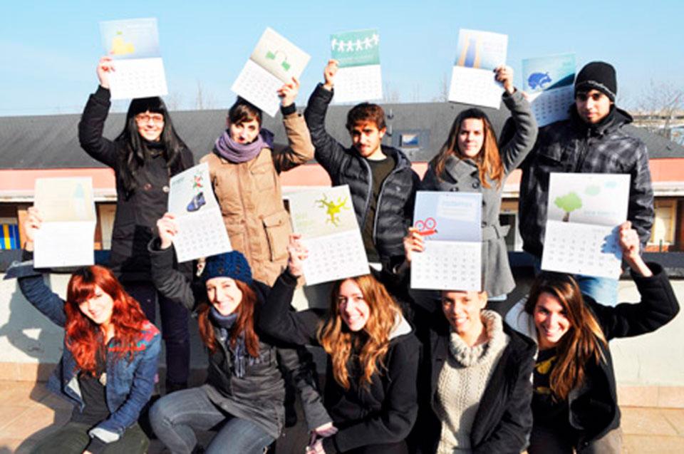 Estudiantes enseñan contentos el Calendario de la Sostenibilidad que han diseñado