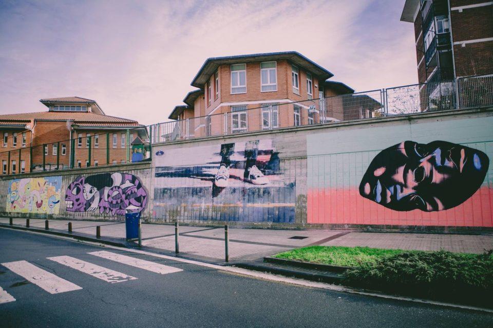 Obras de Txemy, Udatxo, Amaia Arrazola e Imanol Aizpuru en el muro de Harri Berri de Alza. Primera parada de `Proyecto Mural` -ARTEUPARTE
