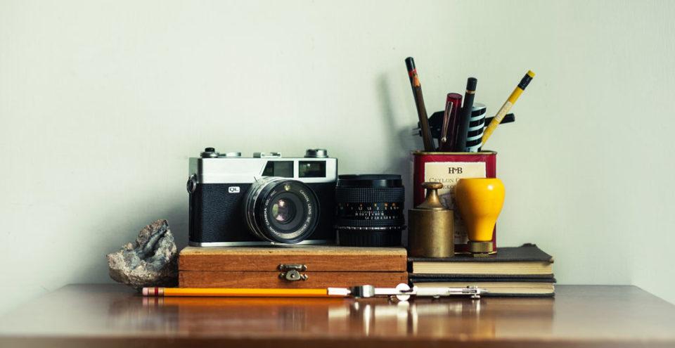 Foto con cámara, lente y rotuladores foto by Alejandro Escamilla