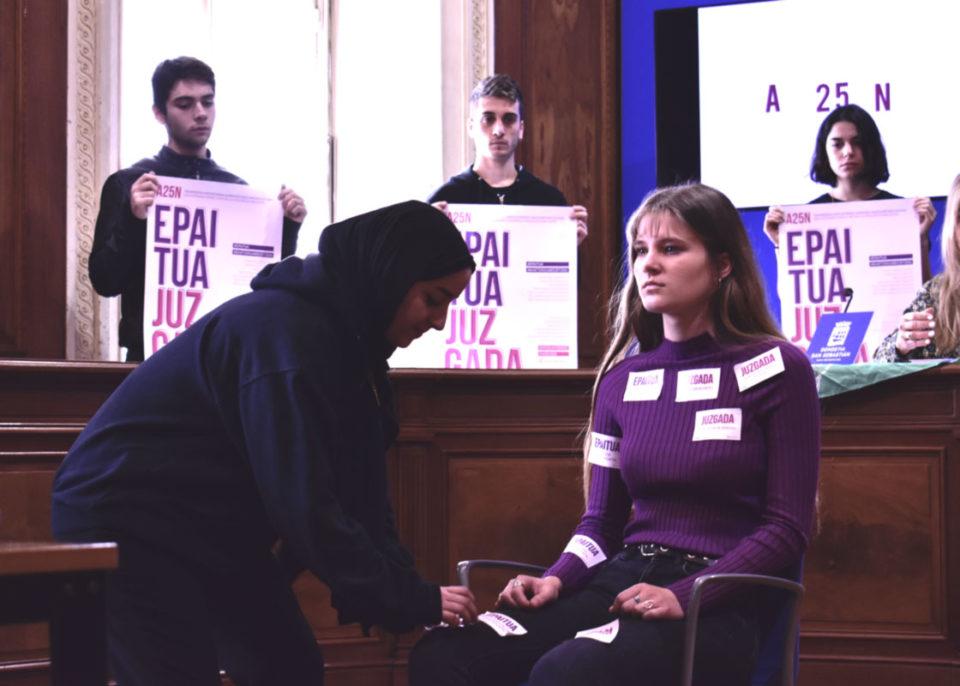 JUZGADA: Flashmob durante rueda de prensa de la campaña contra la violencia de género diseñada en el Ciclo Formativo Grado Superior Usandizaga Diseño