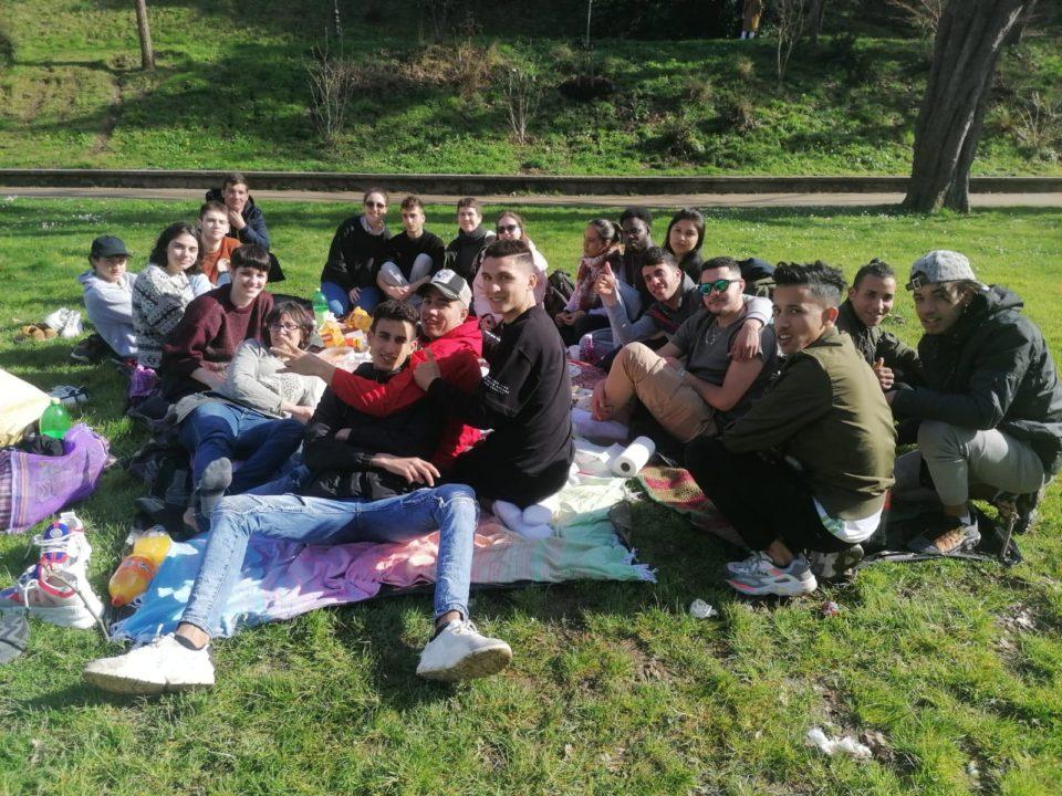 Fotografía del pic nic en Cristina Enea encuentro de jóvenes para conocerse y conocer las diferentes situaciones