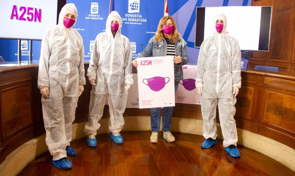 Estudiantes de Diseño y la concejal de Igualdad Duñike Agirrezabalaga en la sala de prensa del Ayuntamiento de Donostia