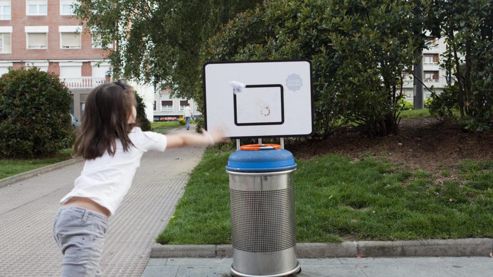 Freskue getxo 2014 European City of sport niña haciendo canasta en una papelera